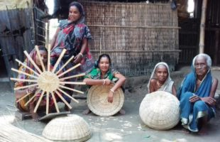 বাঁশবেতের কাজ করে জীবিকা নির্বাহ করেন বাদেসুকুন্দিয়া পাড়ার নারীরা