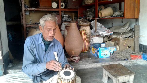 দূর্গা পূজা উপলক্ষে ব্যস্ত মানিকগঞ্জের ঢাক-ঢোল কারিগররা