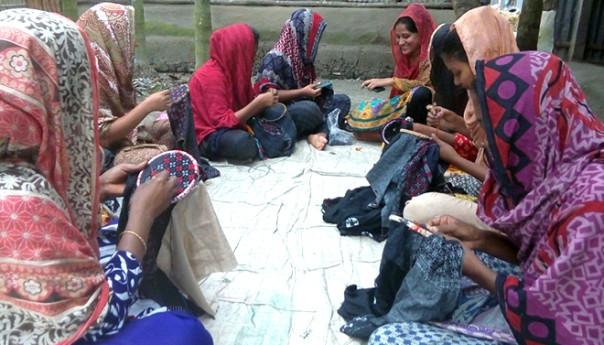 সুই-সূতায় স্বপ্ন আঁকে মানিকগঞ্জের ৪০ হাজার নকশী শিল্পী