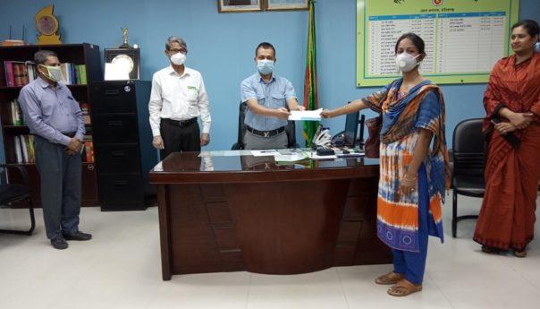 বারসিকের মহতী উদ্যোগ: করোনা মোকাবেলায় বেতনের অংশ তুলে দিলেন জেলা প্রশাসকের হাতে