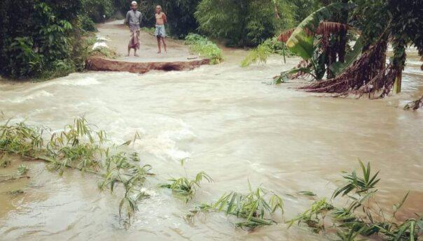 পাহাড়ি ঢলে বিপর্যস্ত কলমাকান্দা সীমান্ত এলাকার গ্রাম